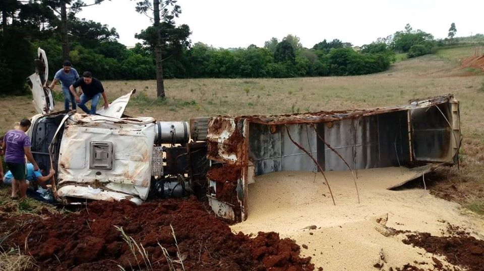Caminhão tomba na ERS 324 entre Vila Maria e Casca | Rádio Studio 87.7 FM - Rádio Studio 87.7 FM